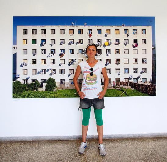 DAGINSKY devant un photo-montage de Khalil Nemmaoui et Vanessa Thieffry